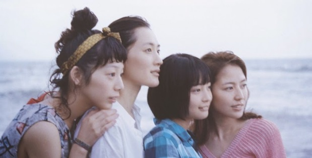 Les quatre sœurs réunies regardant vers l'avenir ensemble